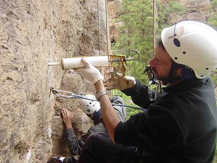 Juan colocando la resina para instalar un quimico que sustituye al viejo spit